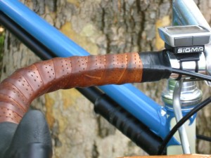 Photo of aero brake lever cable routing